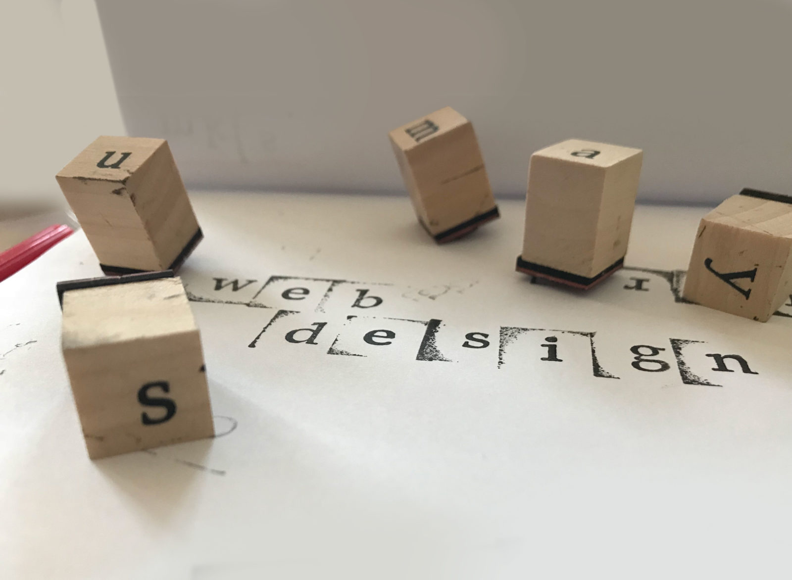 Foto von Buchstabenstempeln auf Weißem Grund - Alexa Wichner Bildbearbeitung (unbearbeitet)