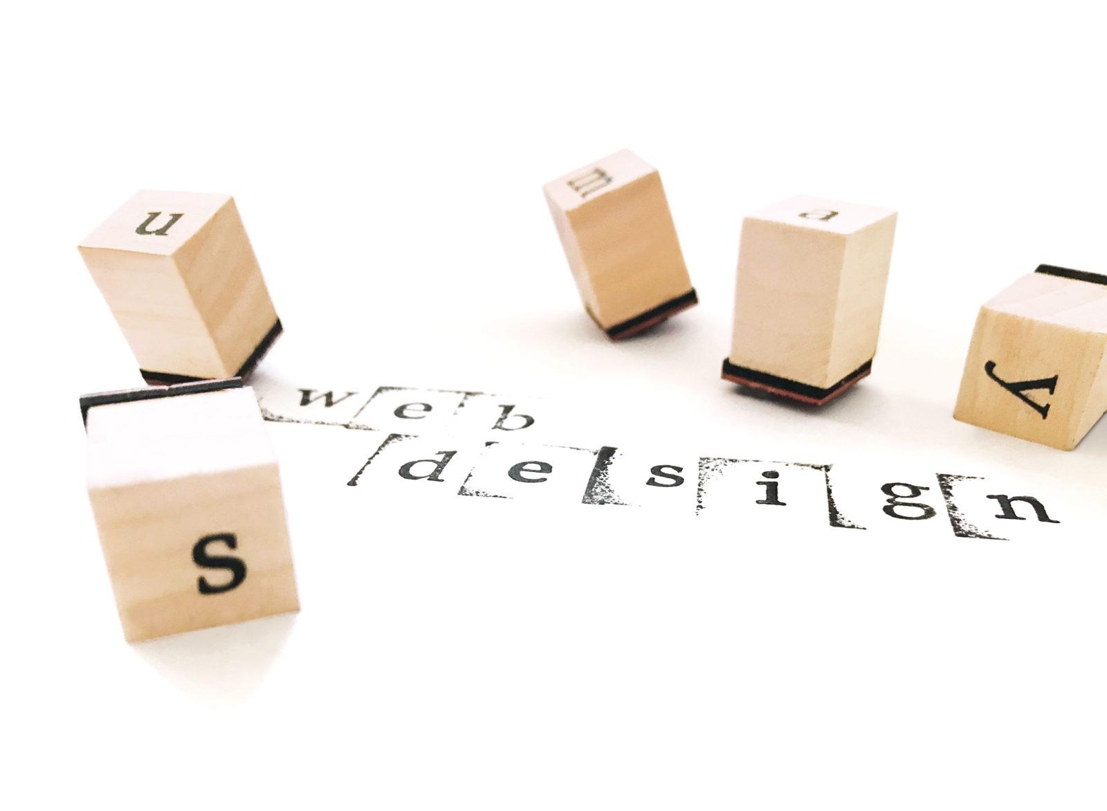 Buchstabenstempel wirr verteilt auf weißem Hintergrund mit einem Stempel-Schriftzug